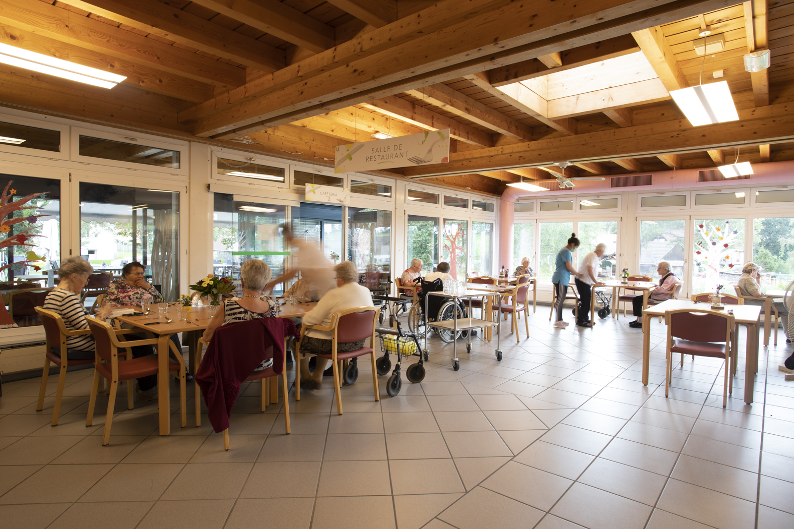 Salle de restaurant de la Résidence La Courtine avant le repas