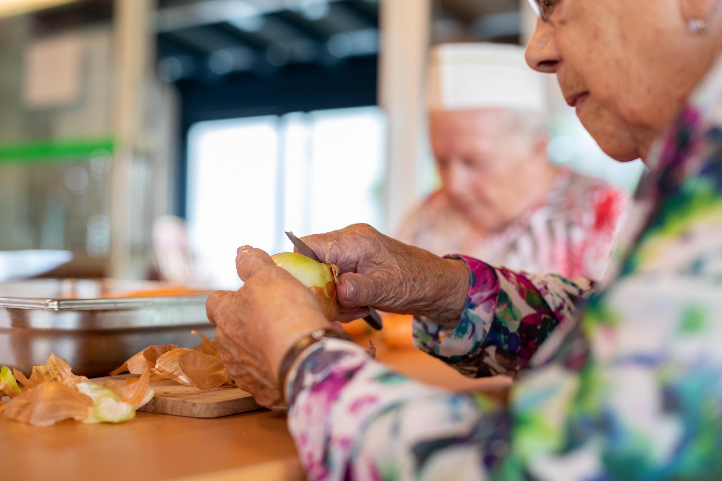 Les résidents de la Résidence la Courtine coupent les oignons pour le dîner