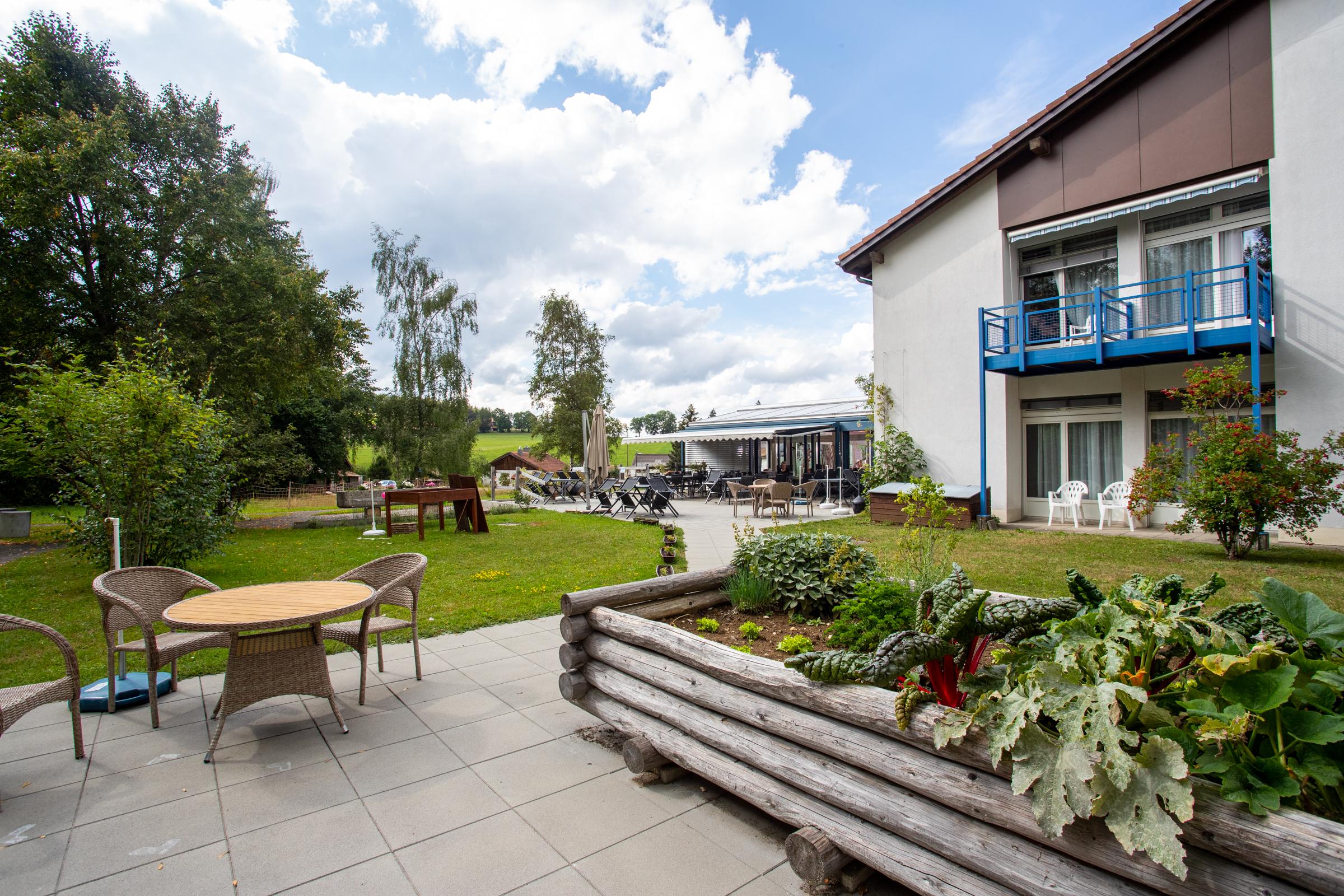 Terrasse jardin et verdure de l'EMS de la Courtine