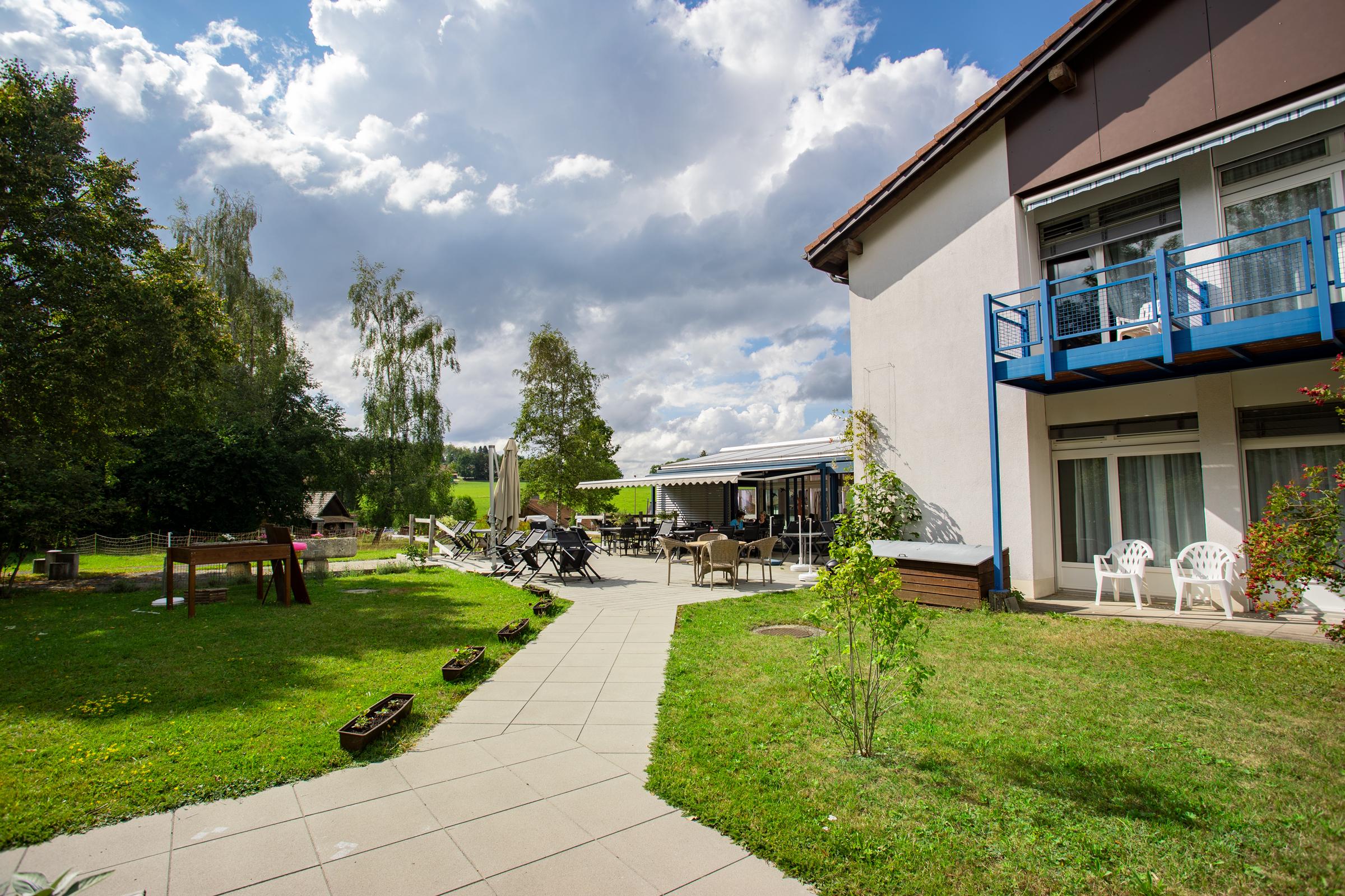 Photo de la résidence prise depuis le côté où l'on peut voir la terrasse.