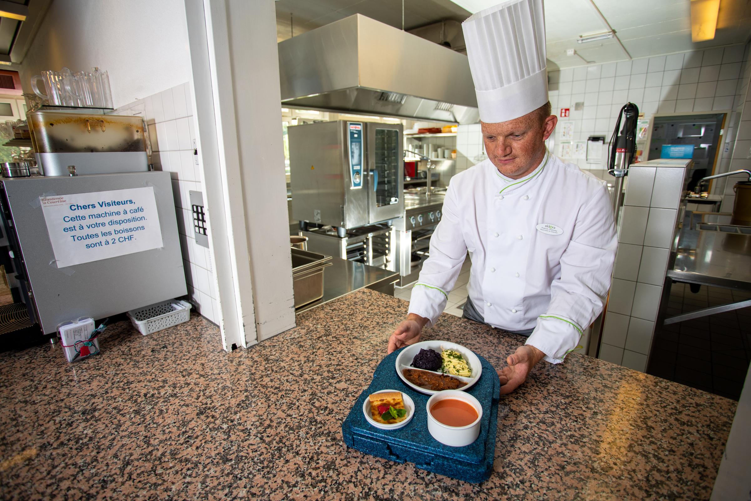 Le cuisinier du home transmets les menus pour la livraison à domicile